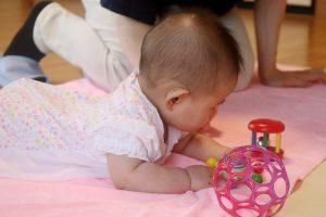 赤ちゃん腹ばい遊び